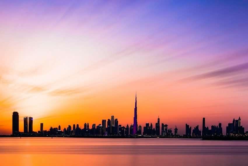 Dubais Skyline im Abendlicht